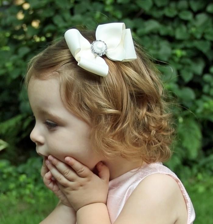 coiffure-petite-fille-mariage-idee-geniale-de-coiffure-demoiselle-d-honneur-avec-noeud