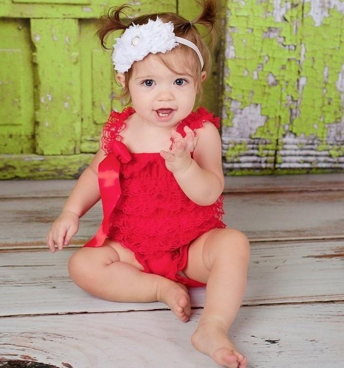 coiffure-petite-fille-mariage-tres-sympa-deux-queues-de-cheval-mignonnes-et-jolie-robe-rouge
