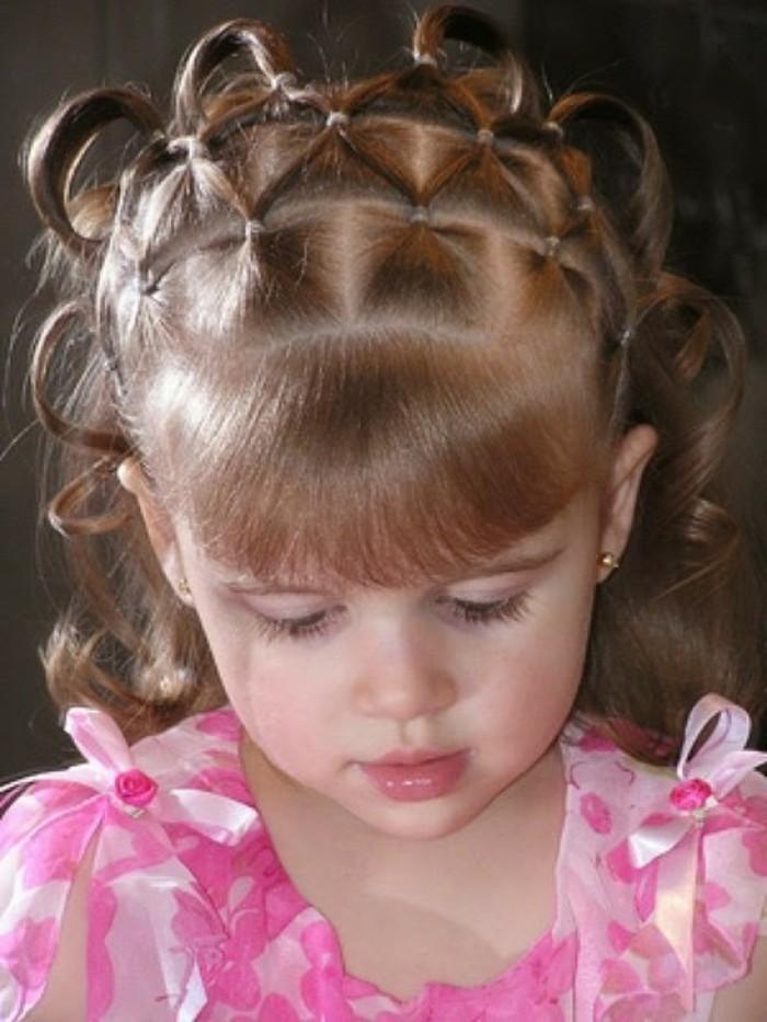 coiffure-petite-fille-tres-originale-qui-fait-preuve-d-imagination