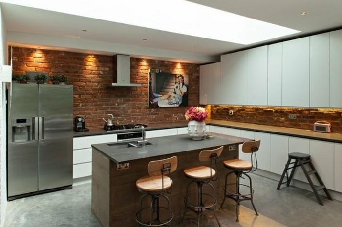 coquette-cuisine-industrielle-mur-en-briques-meuble-cuisine-blanc-ilot-cuisine-en-bois-tableau-decoratif