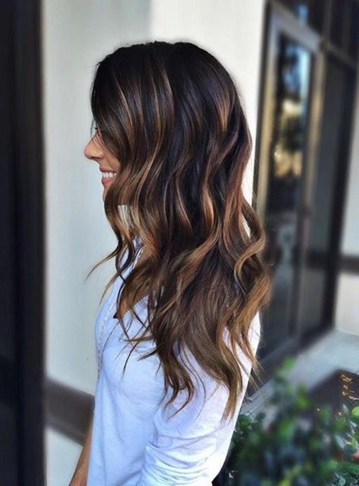 couleur-chatain-clair-balayage-chemise-blanche-femme-tendance-couleur-de-cheveux