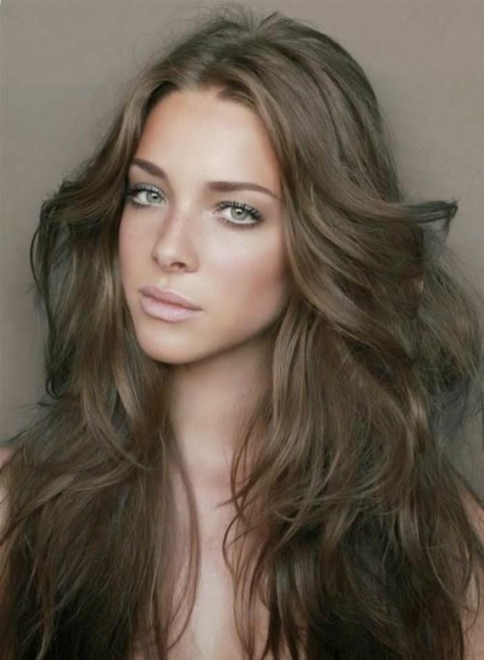 couleur-chatain-clair-jolie-coiffure-negligee-pour-les-filles-aux-yeux ...