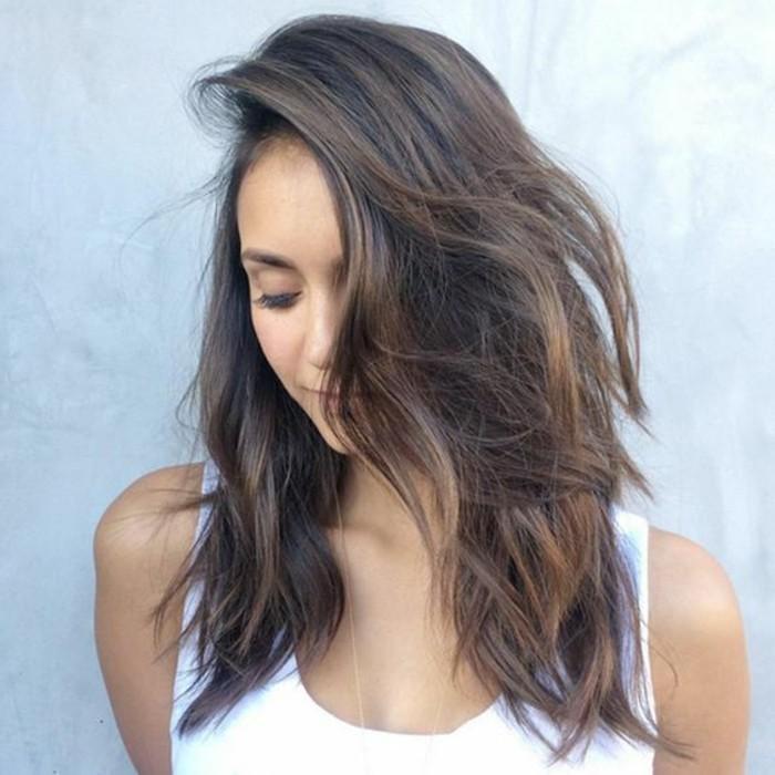 couleur-de-cheveux-marron-glace-idee-coiffure-coupe-courte-femme-tendances