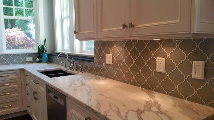 couleur-gris-taupe-pour-les-murs-et-meuble-cuisine-couleur-blanche-une-deco-harmonisee