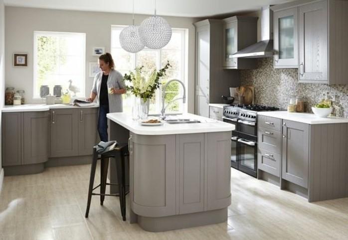 couleur-mur-cuisine-grise-couleur-gris-taupe-pour-le-meuble-cuisine-et-l-ilot-de-cuisine