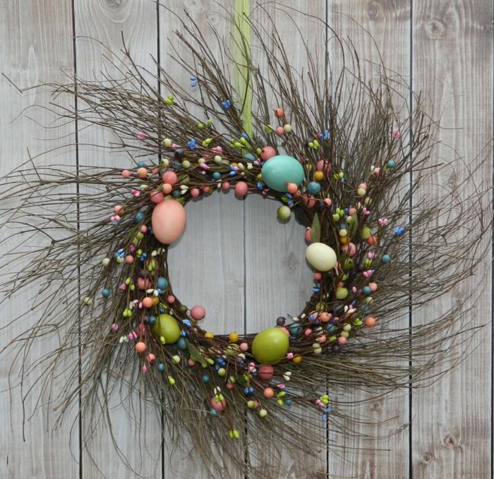 couronne-de-branches-et-petits-oeufs-decoratifs-entremeles-deco-de-paques-excellente