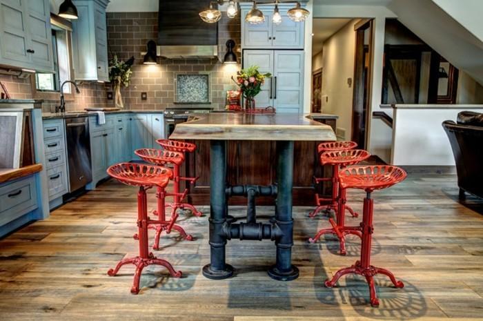 credence-en-carrelage-imitant-des-briques-facade-cuisine-blanche-usee-ilot-cuisine-en-bois-table-en-bois-et-pieds-en-fonte-magnifique-chaises-rouges-design-interessant