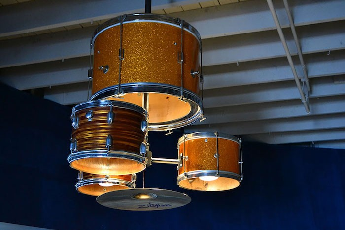 idee-deco-fabriquer-lampe-faire-chandelier-caisses-batterie-toms-diy