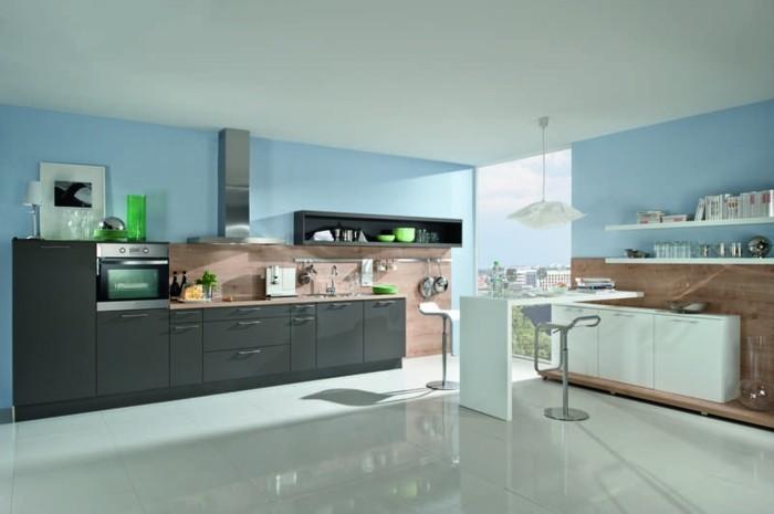 cuisine-ambiance-cosy-et-accueillante-facade-cuisine-gris-anthracite-credence-en-bois-peinture-murale-bleue-et-carrelage-sol-blanc