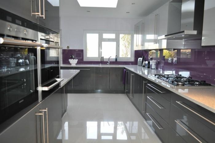 cuisine-blanche-et-grise-avec-une-credence-couleur-aubergine-facade-cuisine-en-gris-anthracite-et-blanc-look-moderne-sophistique