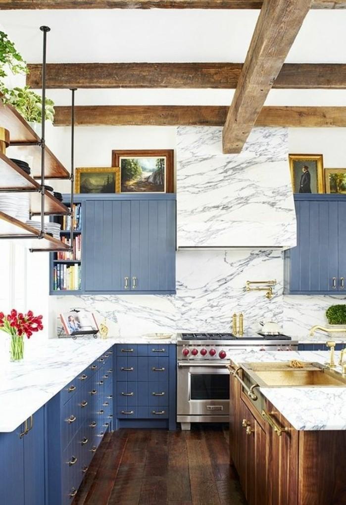 cuisine-equipee-armoires-bleu-cuisiniere