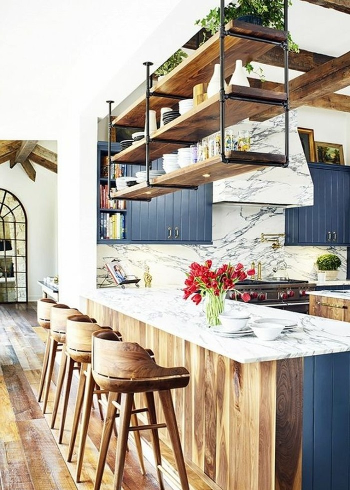 cuisine-equipee-chaises-hautes-de-bois-ilot-bleu