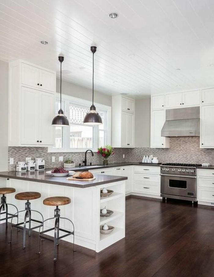 cuisine-equipee-deux-lampes-ilot-avec-chaises-style-simple