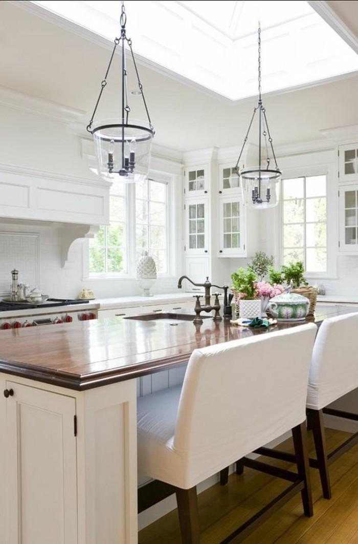 cuisine-equipee-deux-lampes-interessantes-blanc