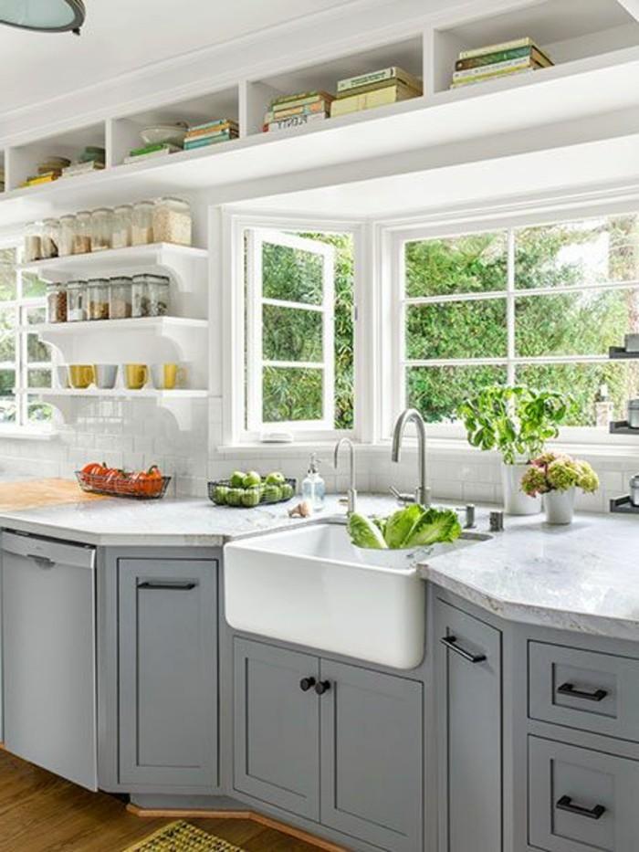 cuisine-equipee-fenetre-clair-outillage-en-gris-placards