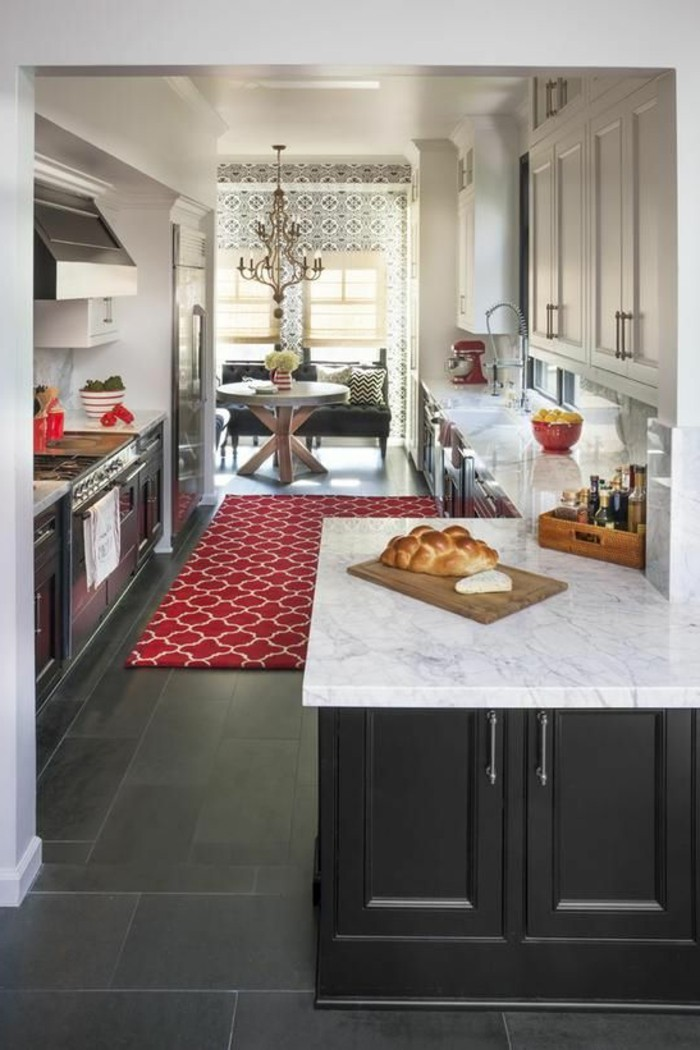 cuisine-equipee-ilot-tapis-rouge-style-chic-moderne