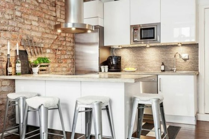 cuisine-equipee-mur-de-briques-ilot-blanc-hautes-chaises-bar