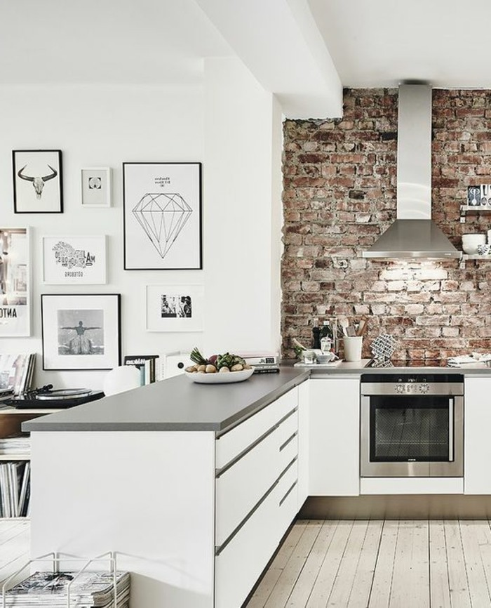 cuisine-equipee-mur-de-briques-ilot-centrale-plancher