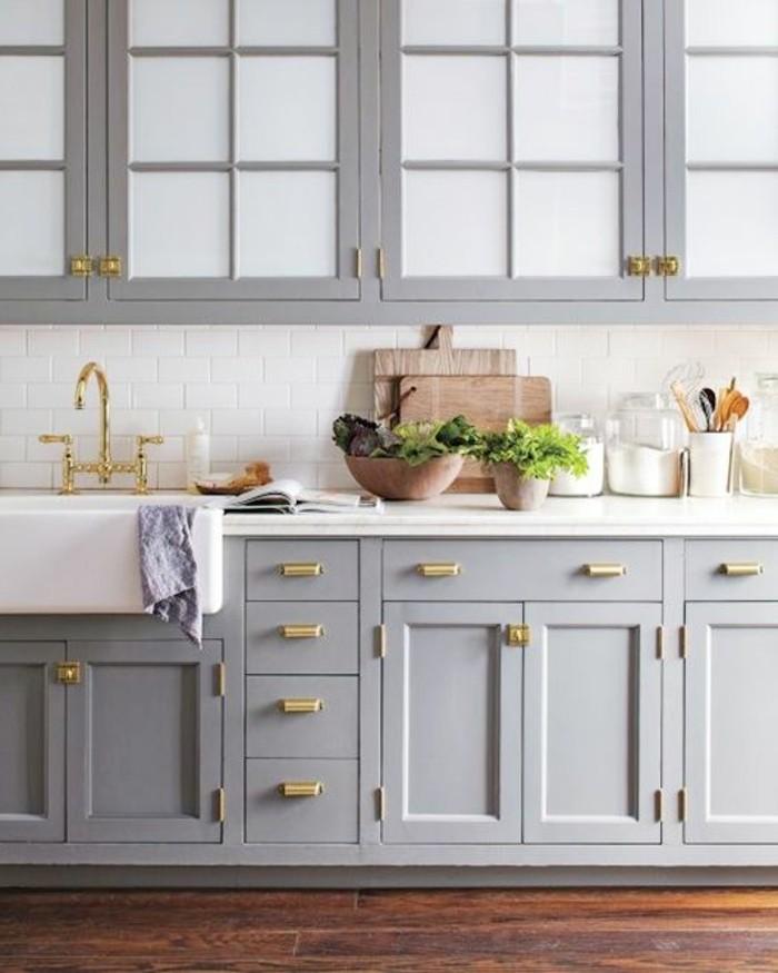 cuisine-equipee-outillage-blanc-placards-plancher-en-bois