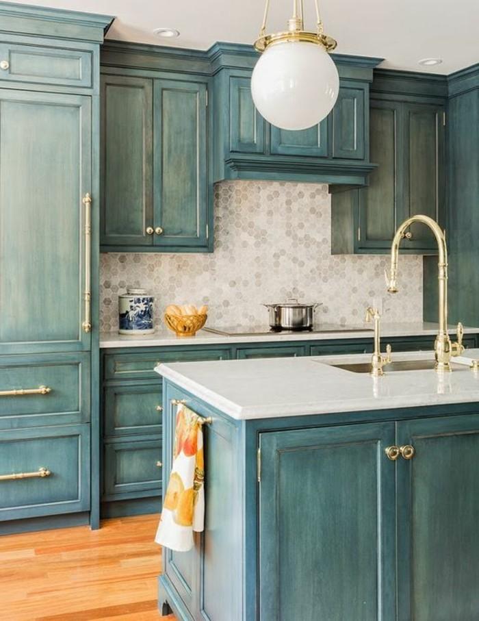 cuisine-equipee-outillage-en-bleu-claire-commode-lampe-ilot