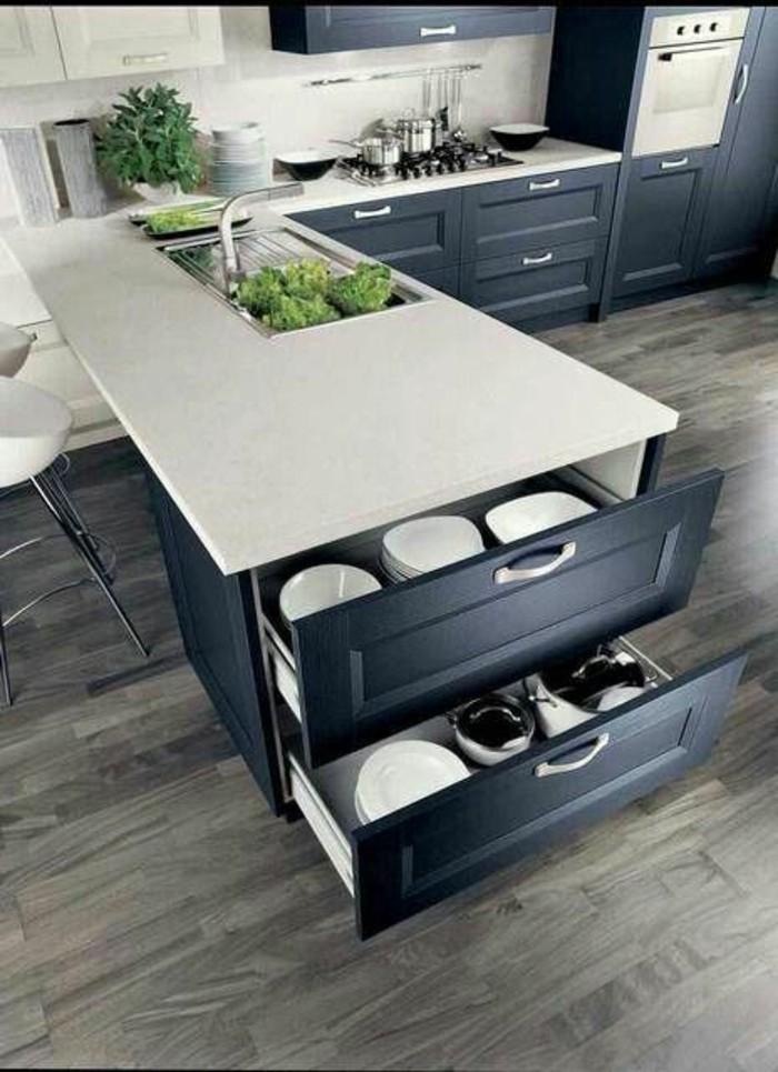 cuisine-equipee-placard-a-deux-niveaux-ilot-blanc-sol-en-bois
