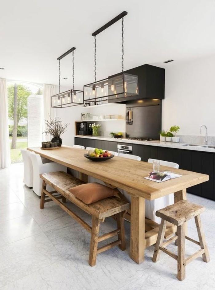 cuisine-equipee-style-commode-avec-une-table-grande-de-bois