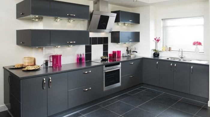 cuisine-gris-anthracite-tres-moderne-meuble-cuisine-peinture-murale-blanche-carrelage-gris-accents-prune-cuisine-tres-elegante