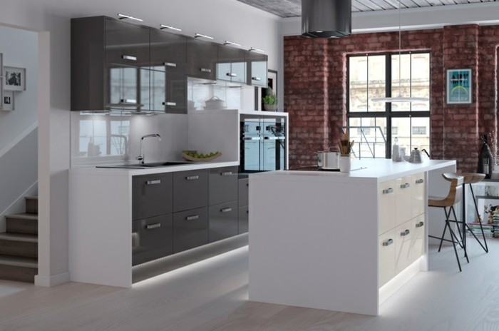 cuisine-grise-facade-cuisine-gris-anthracite-plan-de-travail-et-credence-blancs-ilot-de-cuisine-blanc-mur-en-briques-cuisine-industrielle