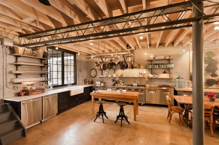 cuisine-industrielle-dominee-par-le-bois-modele-de-cuisine-spacieuse-joli-plafond-en-bois-deco-industrielle-magnifique