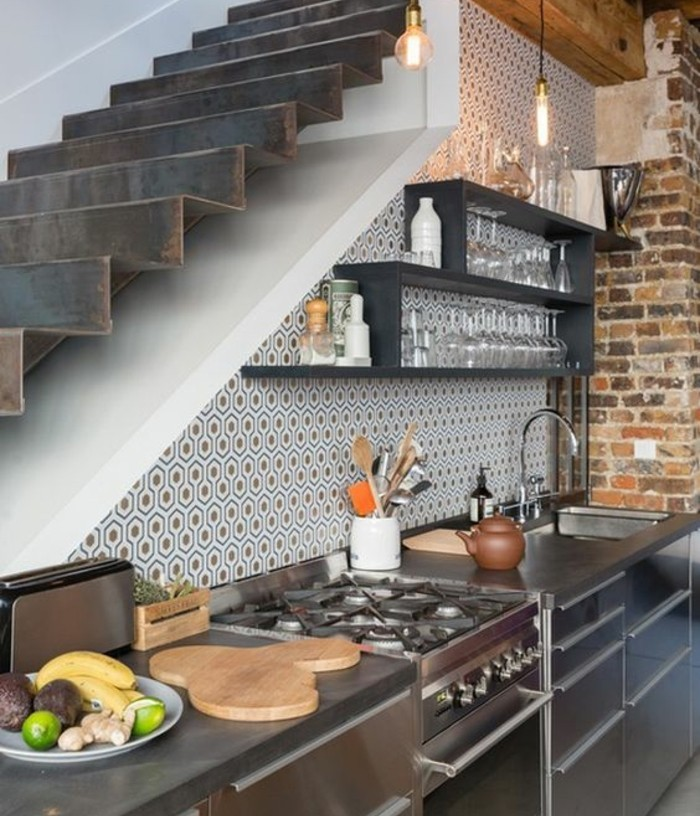 cuisine-industrielle-sous-escalier-etagere-et-plan-de-travail-anthracite-mur-en-brique-suggestion-interessante