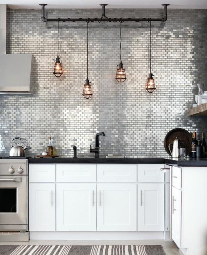 cuisine-industrielle-style-eclectique-glamour-suspensions-industrielles-carrelage-mur-cuisine-idee-interessante-meuble-cuisine-blanc-plan-de-travail-noir