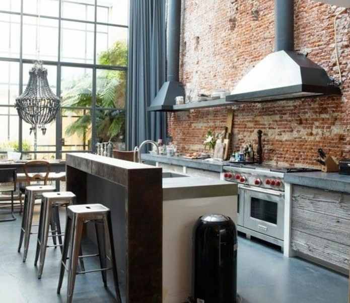 cuisine-moderne-dans-un-style-loft-industriel-mur-en-brique-elements-deco-en-bois-et-tabourets-industriels