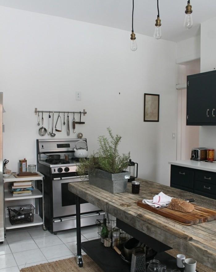 cuisine-rustique-industrielle-deco-industrielle-interessante-ilot-de-cuisine-en-bois-use-et-metal-facade-cuisine-noire-suspensions-industrielles