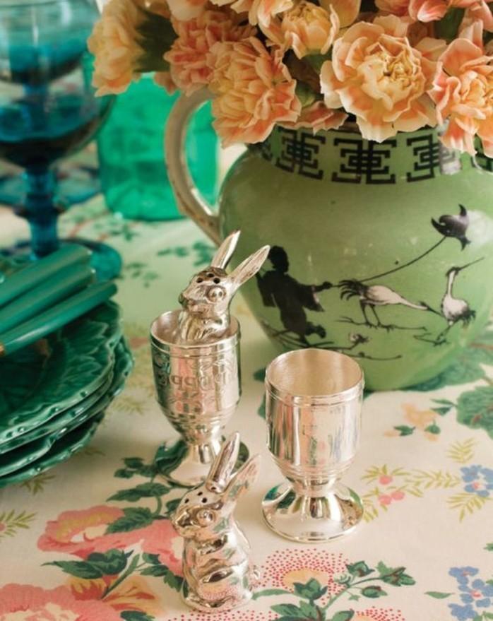 deco-table-paques-a-motifs-floraux-et-lapins-de-paques-idee-deco-vintage