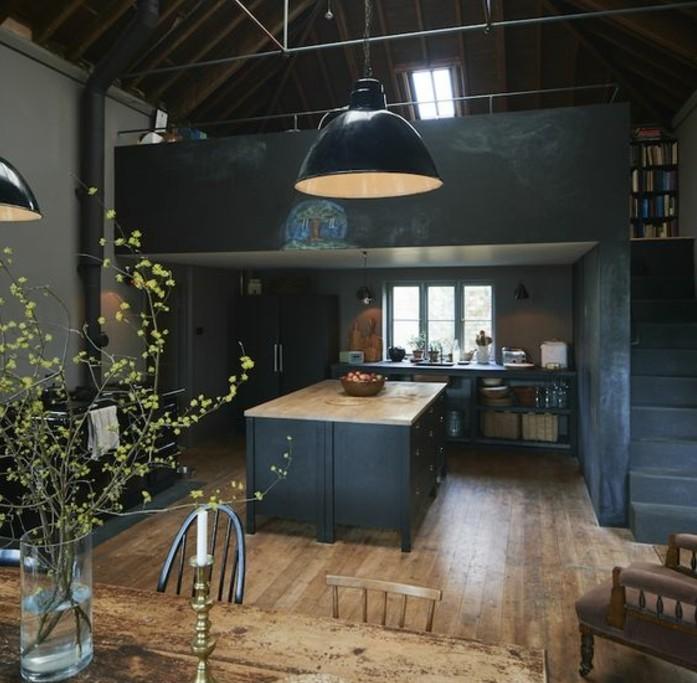 decor-dramatique-cuisine-industrielle-en-gris-anthracite-ilot-cuisine-couleur-anthracite-suspension-loft-coin-repas-en-bois