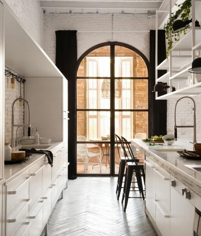 decor-en-blanc-cuisine-dans-un-style-loft-industriel-mur-en-brique-blanc-meuble-cuisine-et-etageres-cuisine-blanches-avec-quelques-accents-noirs