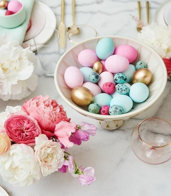 deco-de-paque-tres-jolie-idee-deco-table-de-paques-suggestion-tres-elegante-bouquet-de-fleurs-oeufs-colores