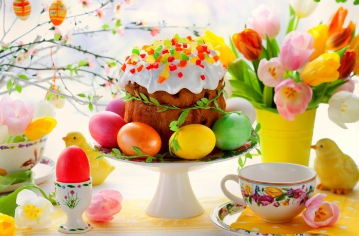 deco-de-paques-couleurs-vives-profusion-d-elements-decoratifs-magnifique-couvert-oeufs-colores-fleurs-friandise-pour-un-repas-gourmand