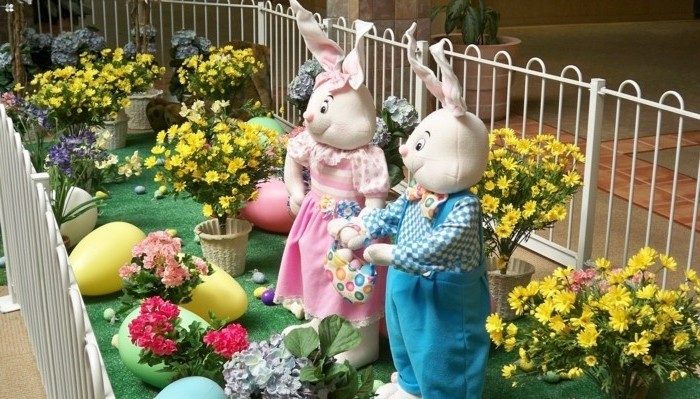 deco-de-paques-exterieure-exuberante-grandes-figures-de-lapins-fleurs-et-oeufs