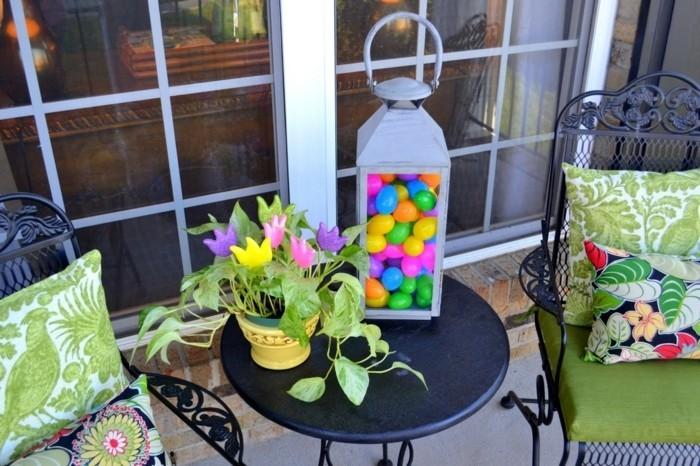 deco-de-paques-idee-excellente-lanterne-remplie-d-oeufs-belle-fleur