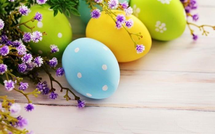 deco-de-paques-trop-sympa-composee-d-oeufs-colores-et-petites-fleurs-trop-jolies
