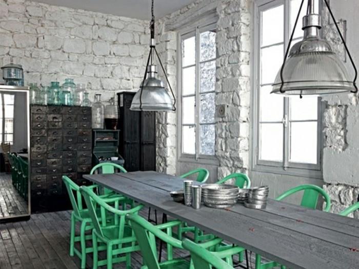 deco-de-style-loft-industriel-mur-en-briques-blanc-meubles-vintage-en-noir-table-grise-chaises-vertes-decor-cuisine-magnifique
