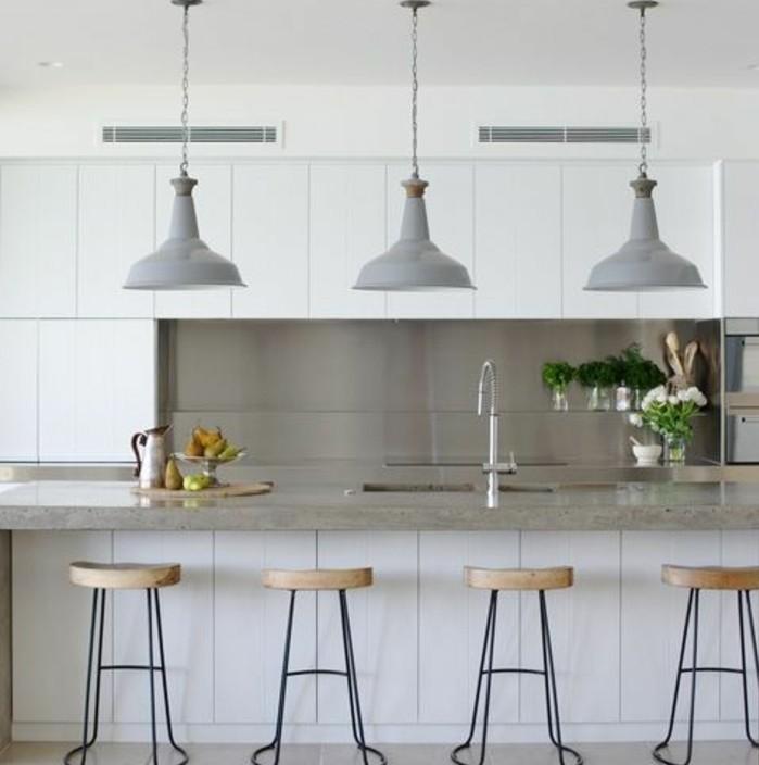 deco-industrielle-elegante-meuble-cuisine-et-ilot-cuisine-plan-de-travail-et-credence-gris-chaises-et-suspensions-industrielles