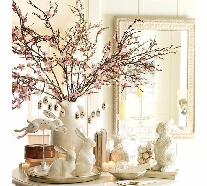 deco-paques-elegante-branches-fleuries-et-figurines-blanches-lapins