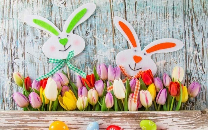 deco-paques-exterieure-lapins-et-superbes-tulipes-de-couleurs-differentes