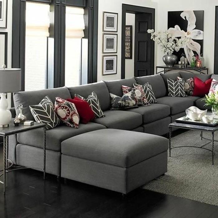 deco-salon-gris-couleur-grise-predominante-canape-et-tapis-gris-portes-couelur-grises-peinture-murale-blanche-coussins-rouges-et-motif-floral