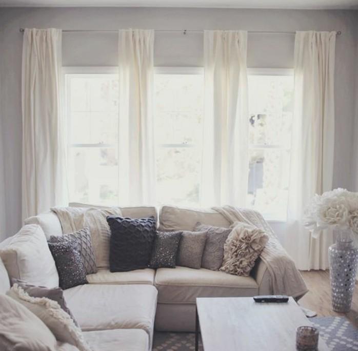 deco-salon-gris-et-blanc-tres-reussie-couleur-peinture-salon-gris-clair-tapis-gris-fonce-a-motifs-geometriques-rideaux-blanches-tres-legeres-salon-lumineux