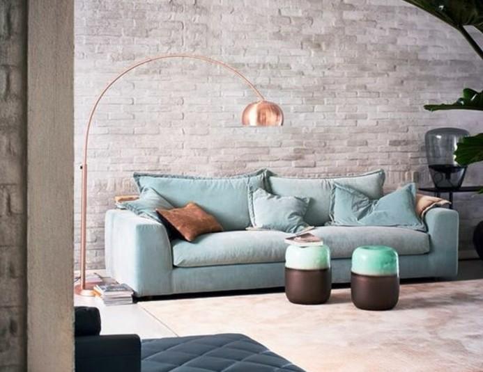 Nice Idee Deco Peinture Salon Moderne #2: Deco-salon-gris-mur-en-briques-gris-canapé-bleu-clair-luminaire-design-et-jolies-plantes-vertes-e1476714258512.jpg