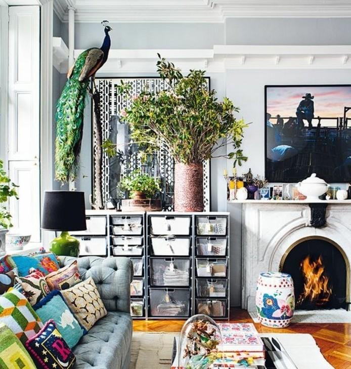 deco-salon-gris-murs-gris-abondance-d-elements-decoratifs-palette-de-couleurs-riche-deco-empreinte-d-exotisme