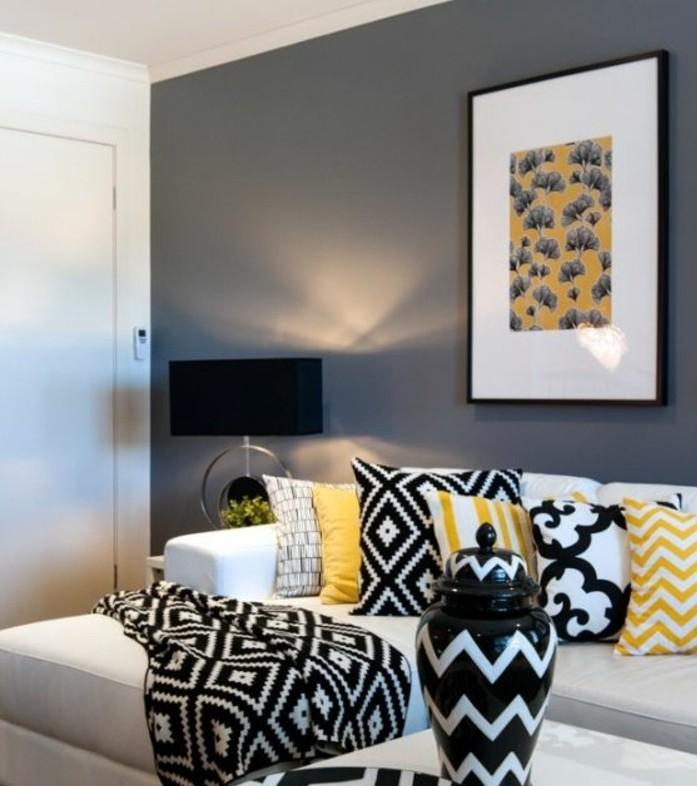 deco-salon-gris-peinture-grise-sur-les-murs-canape-blanc-elements-deco-en-noir-et-jaune